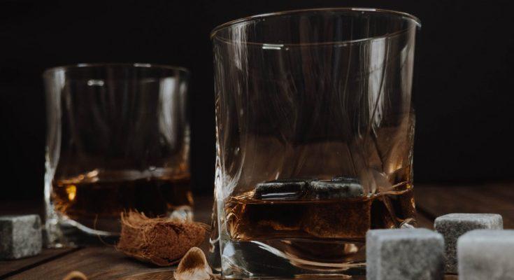 bicchieri di cognac e brandy