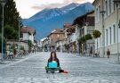 nomade digitale ragazza con laptop