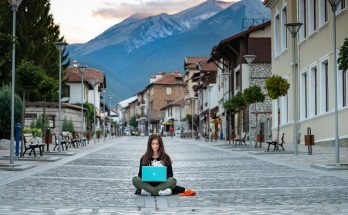 nomade digitale ragazza con laptop