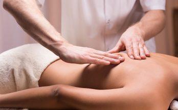 massaggio professionale eseguito da massaggiatore professionista